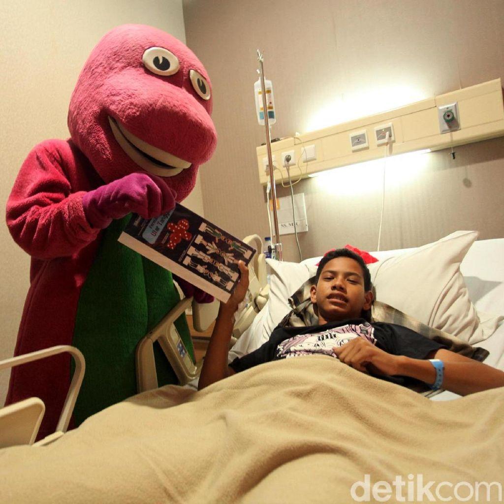 Badut Barney Hibur Pasien Anak
