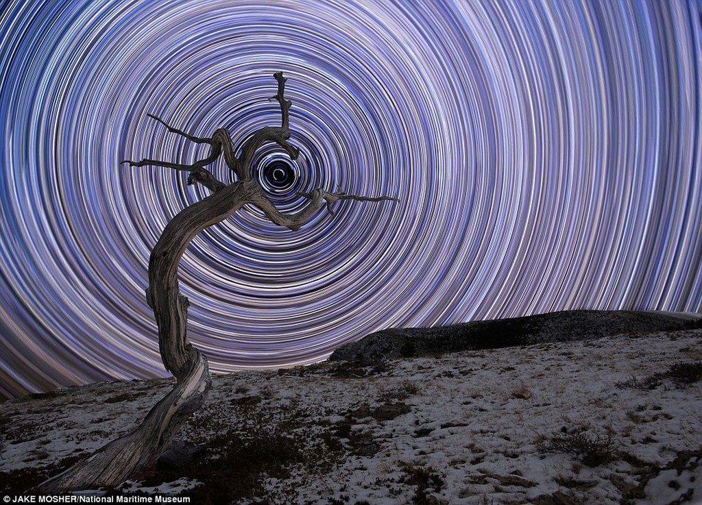 Holding Due North karya fotografer Jake Mosher asal Amerika Serikat. Foto-foto yang masuk nantinya akan dipilih oleh jur-juri ahli fotografi astronomi dari Royal Observatory Greenwich. (Foto: National Maritime Museum)