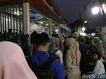 Antrean Pembelian Tiket Membeludak hingga ke Luar di Stasiun Poris