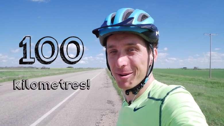 Kurtis beristirahat sejenak di kilometer 100. (Foto: Youtube/Kurtis Baute)