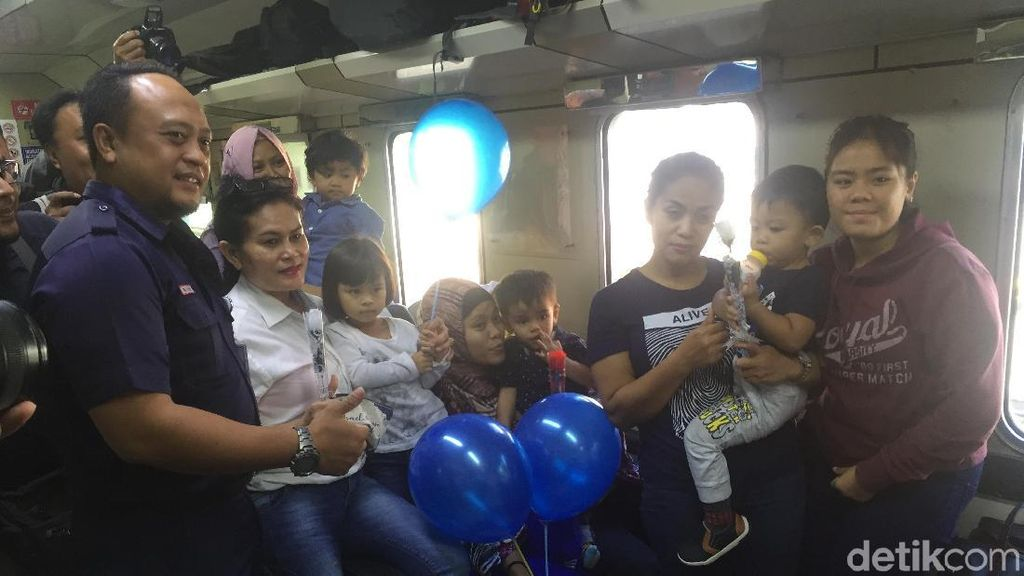 Kejutan Bunga dan Balon Warnai Hari Anak di Stasiun Cirebon