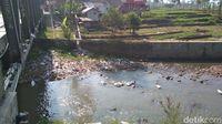 Karung berisi limbah bulu ayam di Sungai Cimanuk Garut