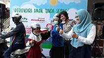 Hari Anak Nasional, Pertamina Bagikan Ratusan Helm Gratis di SPBU