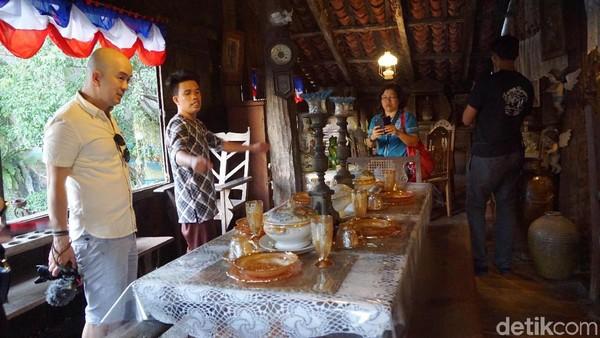 Di lantai satu terdapat ruang keluarga yang berisi bangku dan meja yang dihiasi lukisan di dinding-dindingnya. Juga ada dapur dan gudang penyimpanan makanan di ruangan belakang(Syanti/detikTravel)