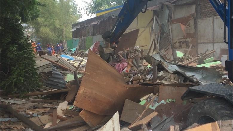 46 Bangunan Liar di Duren Sawit Diratakan dengan Tanah