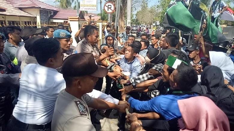 Demo di Dompu Ricuh, Satu Mahasiswa Dilarikan ke Rumah Sakit