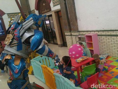 Hari Anak, 'Bumblebee' Beri Hiburan di Stasiun Tawang Semarang