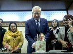 Ultah ke-65, Najib Dapat Kejutan dari Istri di Gedung Parlemen