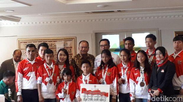 Di Hari Anak, Menpora Bagi Bonus ke Para Juara Dunia Junior