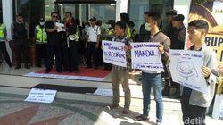 Peringati HUT, Kejaksaan Dihadiahi Demo oleh Warga Ponorogo