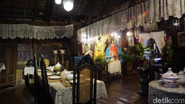 Naik ke lantai ke dua traveler akan menemui beberapa ruangan, yaitu kamar tidur, ruangan makan dan ruangan tamu lengkap dengan isinya (Syanti/detikTravel)
