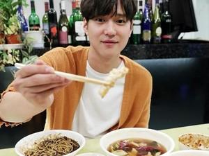 Lihat Serunya si Ganteng Go Kyung Pyo, Pemain Reply 1988 Saat Makan dan Masak