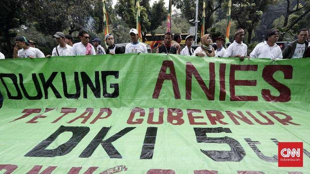 Jaringan Rakyat Miskin Kota (JRMK) dan Serikat Becak Jakarta (SEBAJA) berunjuk rasa meminta ANies Baswedan menyelesaikan masa jabatan Gubernur selama lima tahun, di depan Balai Kota, Jakarta, Senin, 23 Juli.