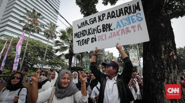 Warga Kampung Akuarium berunjuk rasa di depan Balai Kota, Jakarta, Senin, 23 Juli 2018