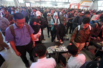 Kembali ke Tiket Kertas, Penumpang Menumpuk di Stasiun Bogor