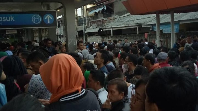 Penumpang di Stasiun Depok Dorong-dorongan untuk Beli Tiket Kertas