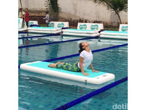 Sudah pernah coba floating yoga? Sensasinya beda karena yoga dilakukan di atas permukaan air.