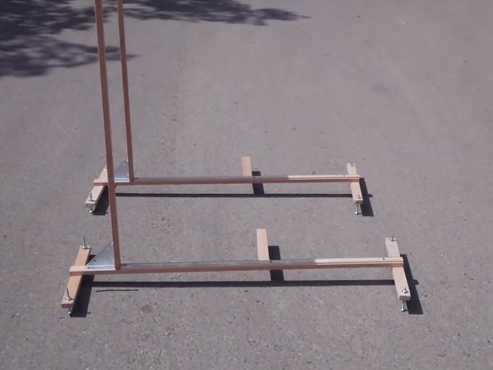 Alatnya sederhana hanya dengan dua buah tongkat kayu berpengukur yang akan menjadi jam matahari. (Foto: Youtube/Kurtis Baute)