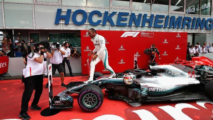 Lewis Hamilton merayakan kemenangannya di GP Jerman (Foto: Charles Coates/Getty Images)