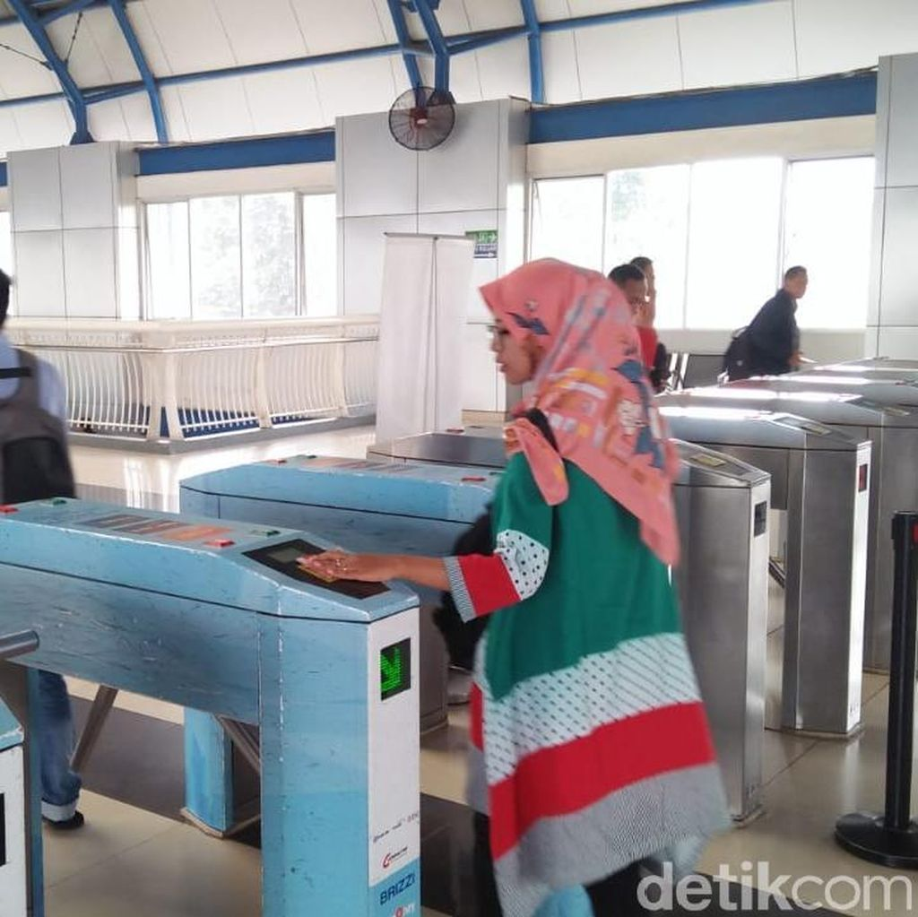 Foto: Penumpang KRL Tak Lagi Pakai Tiket Kertas