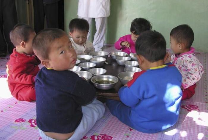 Potret anak-anak di Korea Utara yang mendapatkan bantuan makanan dari Perserikatan Bangsa-bangsa (PBB). Pada tahun 2002 angka stunting negeri yang dikenal serba tertutup tersebut mencapai 40 persen. (Foto: Getty Images)