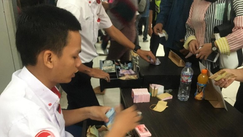 Antre Tiket Kertas di Stasiun Pondok Cina Cuma Semenit