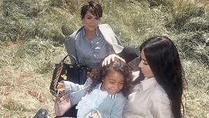 Kim Kardashian Menjawab Kritik Soal Meluruskan Rambut Anak