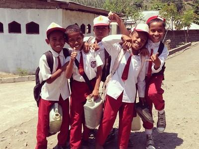 Senyum Ceria Anak-anak Indonesia Ini Bikin Damai