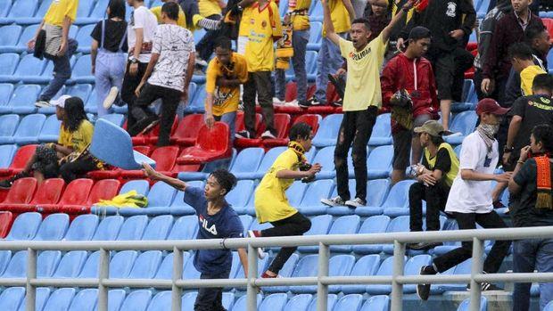 Stadion Jakabaring dirusak suporter Sriwijaya FC usai timnya kalah 0-3 dari Arema FC.