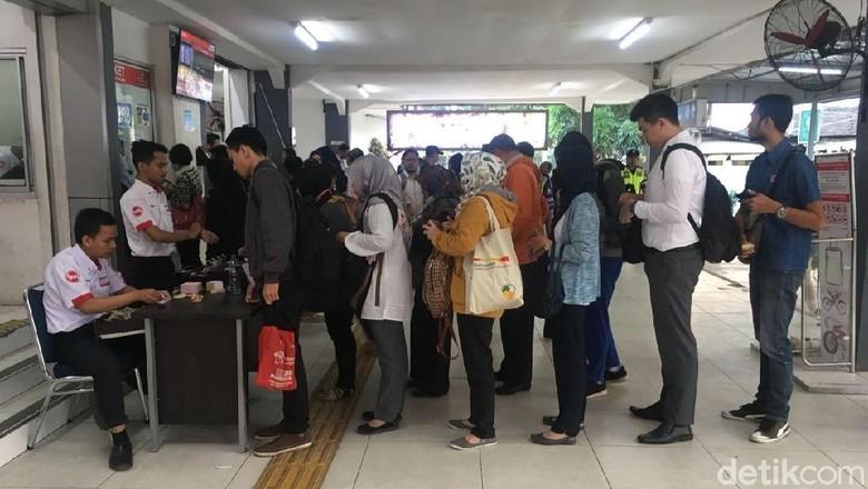 Begini Suasana Antre Tiket di Stasiun Pondok Cina