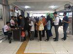Begini Suasana Antre Tiket di Stasiun Pondokcina