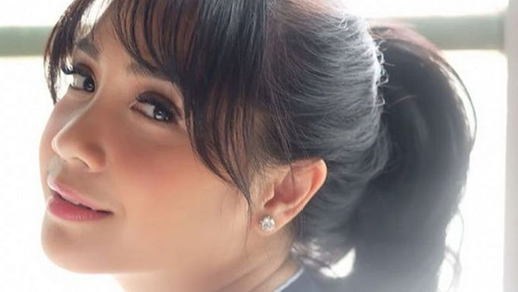 Gaya Nagita Slavina Pakai Jepit Rambut Rp 2 Jutaan Seperti Kim Kardashian
