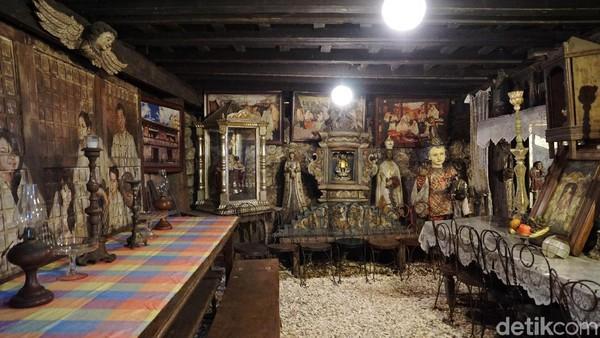 Banyak lukisan kuno, patung, ikon religius dan gambar para santo yang menghiasi rumah ini (Syanti/detikTravel)