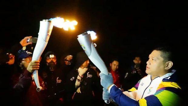 Api Asian Games 2018 yang dibawa dari India, bertemu api biru Kawah Gunung Ijen di Banyuwangi, Sabtu (21/7) malam.