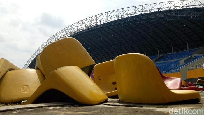 Foto: Kursi Stadion Gelora Sriwijaya yang dirusak. (Raja-detikcom)