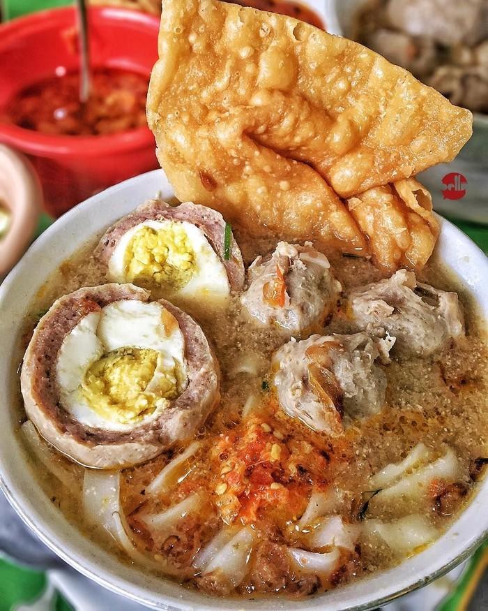Sebutir bakso telur disajikan lengkap dengan beberapa bakso kecil dan kerupuk pangsit. Kalau biasanya bakso pakai mie kuning dan bihun, netizen ini memilih mie kwetiau. Foto : instagram @bellystories