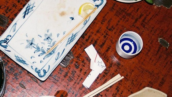 Sumpit yang terbungkus menandakan sambutan bagi tamu. Sedangkan melipat bungkus sumpit kembali artinya berterima kasih kepada empunya rumah. Inilah bentuk tips yang umumnya dilakukan di Jepang (Japanese Tip/Facebook)