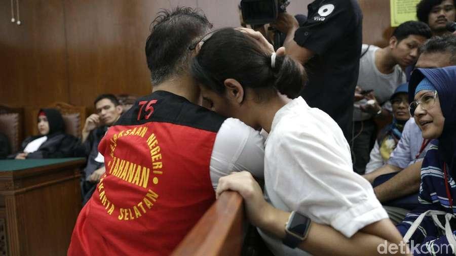 Diputus Rehabilitasi, Tio Pakusadewo Peluk sang Putri