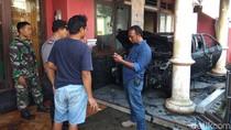 Bikin Kaget, Mobil yang Parkir di Rumah Kosong Tiba-tiba Terbakar