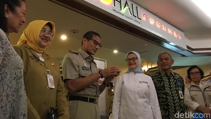 Kepala BPOM Penny Lukito dan Wakil Gubernur DKI Jakarta Sandiaga Uno membagikan stiker keamanan pangan jelang Asian Games 2018. Foto: Annissa WD/detikHealth
