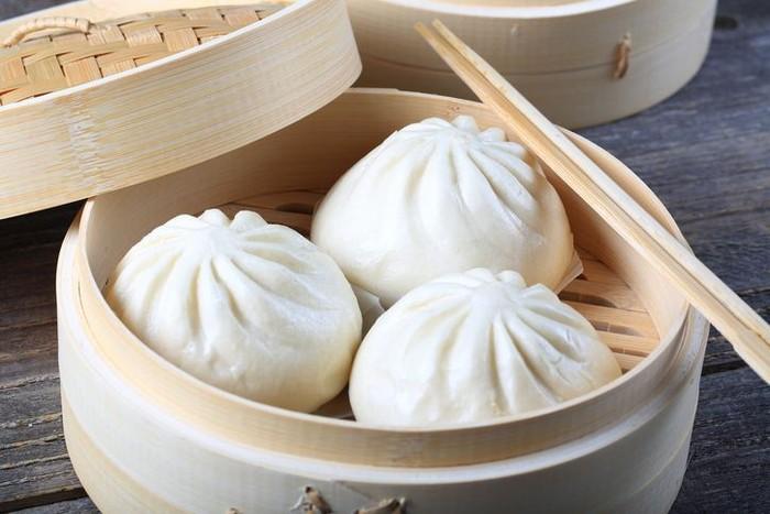 Steamed Stuffed Buns (Baozi): Banyak gerai di China sajikan Baozi alias bakpao di klakat bambu. Baozi ada beragam isian seperti daging babi, daging ayam dan sayuran. Ada juga yang polos seperti mantau. Foto: iStock