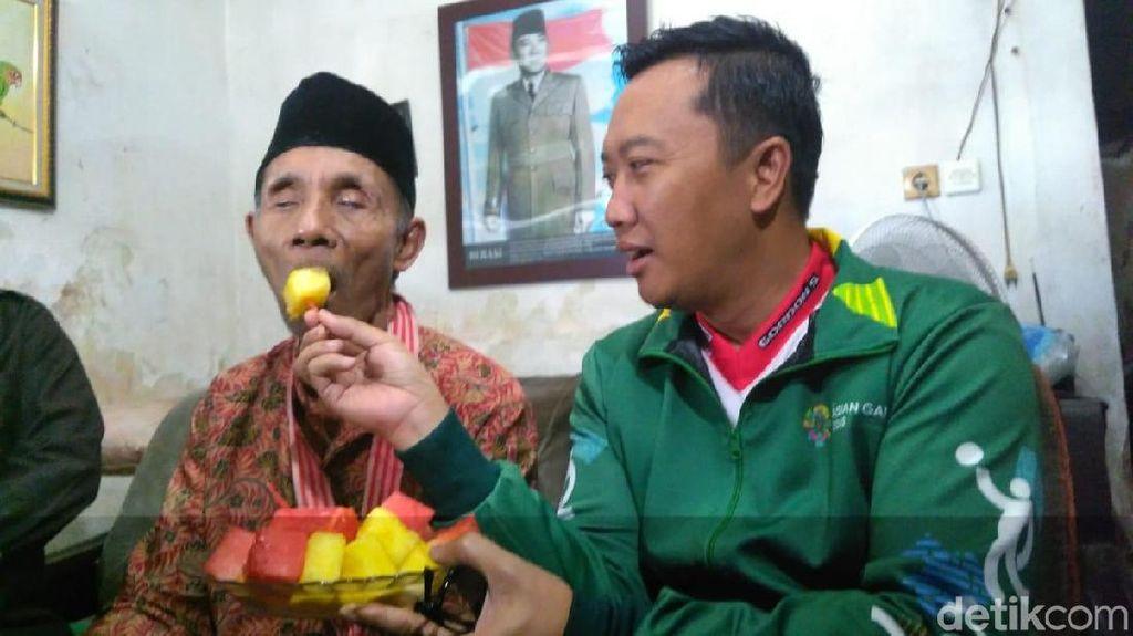 Sambil Suapi Soeharto, Menpora Janjikan Bonus dan Uang Saku