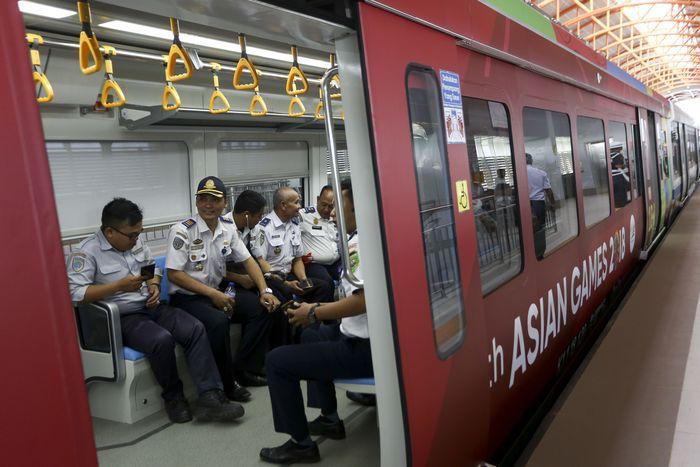 Sejumlah penumpang berada di dalam gerbong Light Rail Transit (LRT) Palembang di Stasiun Dekranasda Jakabaring (DJKA), Palembang, Sumatra Selatan, Senin (23/7). ANTARA FOTO/Nova Wahyudi.