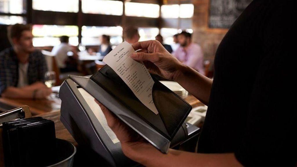 Wow! Pelayan Restoran Ini Dapat Tip dari Orang Misterius Rp 29 Juta