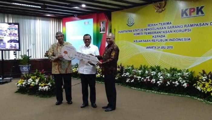 Ketua KPK serah terima secara simbolis aset sitaan terpidana korupsi kepada Kejagung (Foto: Yuni AY/detikcom)