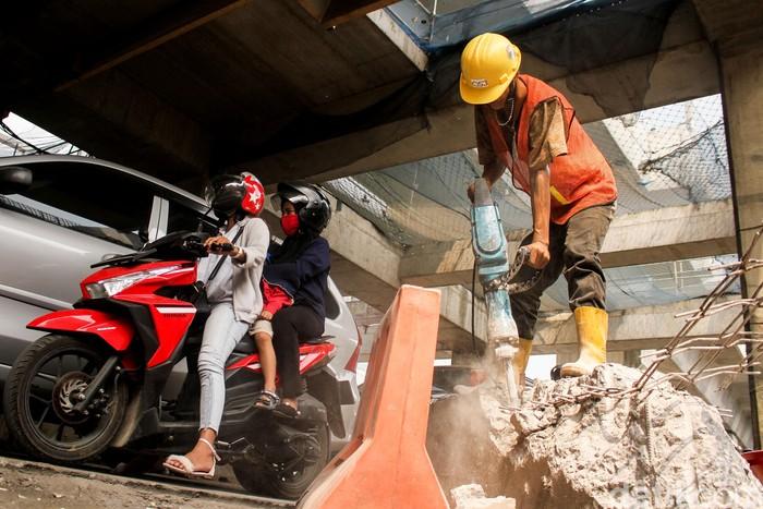 Sejumlah proyek infrastruktur dikebut mulai dari jalan Panglima Polim hingga Fatmawati, Jakarta, Selasa (24/7). Akibatnya jalur makin menyempit dan berdebu.