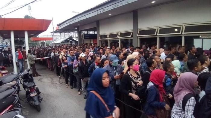 Antrean KRL Commuter Line di Stasiun Depok