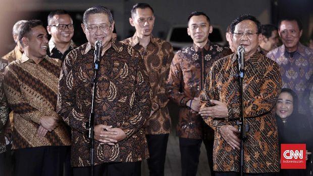Ketua Umum Partai Demokrat Susilo Bambang Yudhoyono bersama Ketua Umum Partai Gerindra Prabowo Subianto, didampingi oleh AHY, di Jakarta, Selasa, 24 Juli.