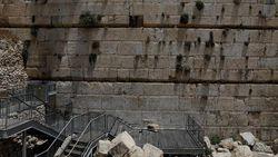 Batu 100 Kg Jatuh dari Tembok Ratapan, Nyaris Timpa Peziarah