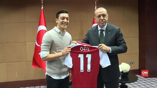 Foto bersama Tayyip Erdogan adalah pemicu dari pengunduran diri Oezil dari timnas Jerman.